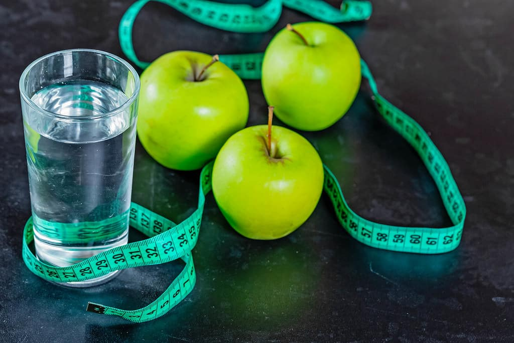 weight loss: the green apples and a glass of water